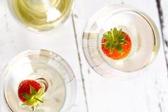 vetri di vino con vino bianco e la fragola Fotografia Stock