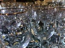 Vetri di vino con i modelli sulla superficie immagini stock libere da diritti