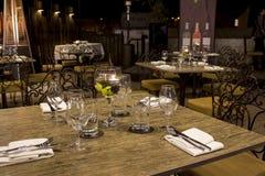 Vetri di vino con i tovaglioli, vetri ed alimento gastronomico, tavola di banchetto Fotografia Stock