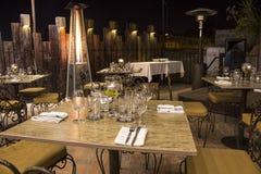 Vetri di vino con i tovaglioli, vetri ed alimento gastronomico, tavola di banchetto Fotografia Stock Libera da Diritti