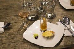 Vetri di vino con i tovaglioli, vetri ed alimento gastronomico, tavola di banchetto Fotografie Stock Libere da Diritti