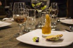 Vetri di vino con i tovaglioli, vetri ed alimento gastronomico, tavola di banchetto Immagini Stock