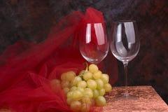 Vetri di vino con l'uva Fotografie Stock