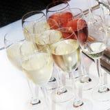 Vetri di vino con vino raffreddato Immagine Stock