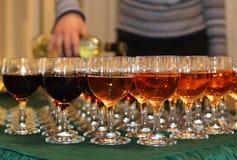 Vetri di vino con vino sulla tavola Immagine Stock Libera da Diritti