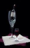 Vetri di vino contro il nero Fotografia Stock