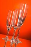 Vetri di vino contro priorità bassa arancione Fotografie Stock Libere da Diritti