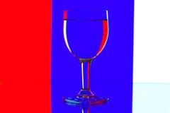 Vetri di vino di domino sul blu e bianco Immagini Stock