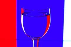 Vetri di vino di domino sul blu e bianco Immagine Stock