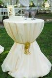 Vetri di vino Due vetri di vino d'annata reali lilla sulla tavola vicino alla cerimonia di nozze nozze Fotografia Stock