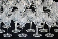 Vetri di vino modellati in una fila Fotografie Stock