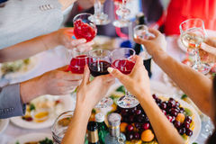 Vetri di vino nel gruppo di persone delle mani per il partito felice Fotografie Stock Libere da Diritti