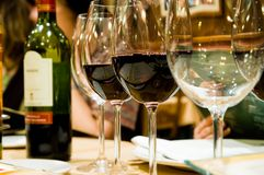 Vetri di vino in restaruant Immagini Stock