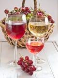 Vetri di vino riempiti di vino Fotografia Stock
