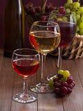 Vetri di vino riempiti di vino Fotografia Stock Libera da Diritti