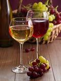Vetri di vino riempiti di vino Immagine Stock