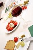Vetri di vino rosso con l'antipasto Fotografia Stock
