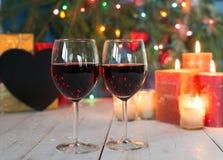 Vetri di vino rosso con la decorazione di Natale Fotografie Stock Libere da Diritti