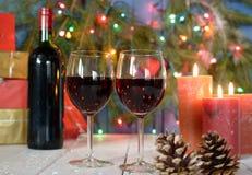 Vetri di vino rosso con la decorazione di Natale Fotografia Stock Libera da Diritti
