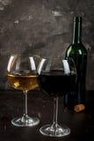 Vetri di vino rosso e bianco Fotografia Stock