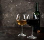 Vetri di vino rosso e bianco Fotografie Stock