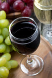 Vetri di vino rosso e bianco e dell'uva, vista superiore Fotografia Stock