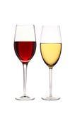 Vetri di vino rosso e bianco isolato su bianco Fotografia Stock