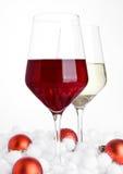 Vetri di vino rosso e bianco su bianco Immagine Stock