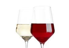 Vetri di vino rosso e bianco su bianco Fotografia Stock Libera da Diritti