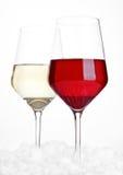 Vetri di vino rosso e bianco su bianco Immagine Stock Libera da Diritti