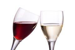 Vetri di vino rosso e bianco su fondo bianco Immagine Stock