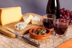 Vetri di vino rosso e degli aperitivi mediterranei Fotografia Stock