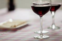 Vetri di vino rosso e del vassoio di formaggio fotografia stock