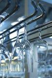 Vetri di vino rovesciati del champagne nella barra del ristorante Fotografie Stock