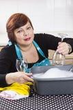 Vetri di vino sorridenti di pulizia della casalinga Fotografia Stock