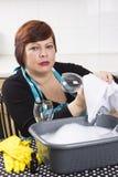 Vetri di vino sorridenti di pulizia della casalinga Fotografie Stock Libere da Diritti