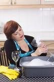 Vetri di vino sorridenti di pulizia della casalinga Immagini Stock Libere da Diritti