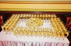 Vetri di vino spumante bianco con champagne alla riunione degli ospiti nella cerimonia Immagini Stock Libere da Diritti