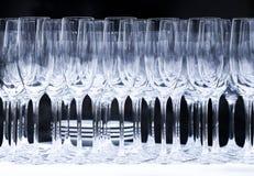 Vetri di vino su un fondo nero all'aperto Fotografia Stock Libera da Diritti