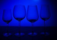 Vetri di vino sul blu Immagini Stock