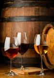 Vetri di vino sul fondo del barilotto Fotografie Stock