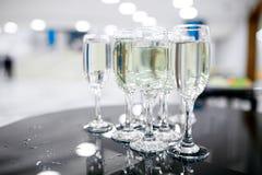 Vetri di vino sul primo piano della tavola Fotografia Stock
