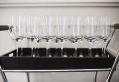 Vetri di vino sul vassoio al ristorante Fotografie Stock Libere da Diritti