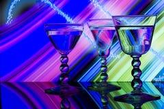 Vetri di vino sulla priorità bassa a strisce del neon   Immagini Stock Libere da Diritti