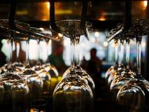 Vetri di vino sullo scaffale Fotografie Stock Libere da Diritti