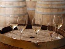 Vetri di vino usati su un vecchio barilotto di vino Immagini Stock