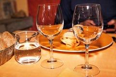Vetri di vino vuoti del Wo che si siedono in un ristorante Fotografia Stock Libera da Diritti