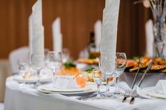 Vetri di vino vuoti sulla tavola festiva in ristorante Fotografia Stock