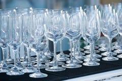 Vetri di vino vuoti in un ristorante Immagini Stock