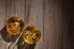 Vetri di whiskey con ghiaccio su legno Immagine Stock Libera da Diritti